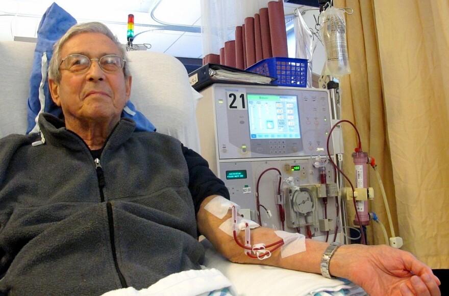 Patient_receiving_dialysis_wiki.jpg