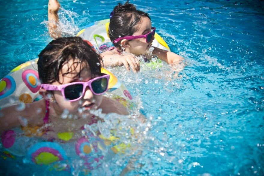 girls_in_swimming_pool_2.jpg