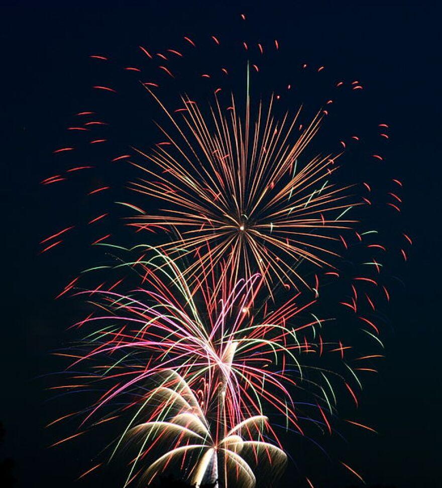 Fourth_of_July_Fireworks_(3691450565)_(2).jpg