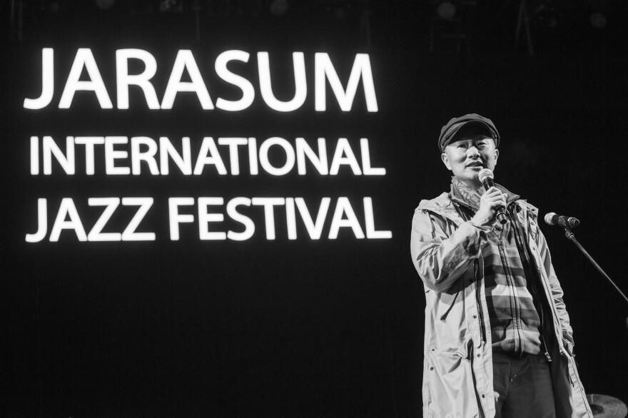 Festival director In Jae-jin addresses the crowd.