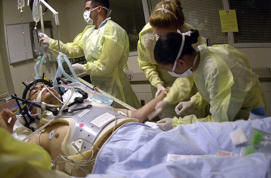 800px-US_Navy_040723-N-8977L-008_Navy_Hospital_Corpsmen_and_Medical_Officers_assess_the_treatment_and_prognosis_of_a_patient_with_a_gunshot_wound.jpg