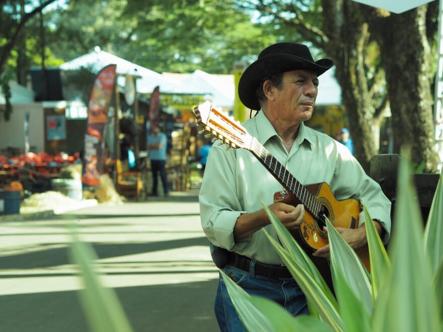 Longtime sertanejo musician Antônio Xavier de Andrade plays each year at Expo Londrina.