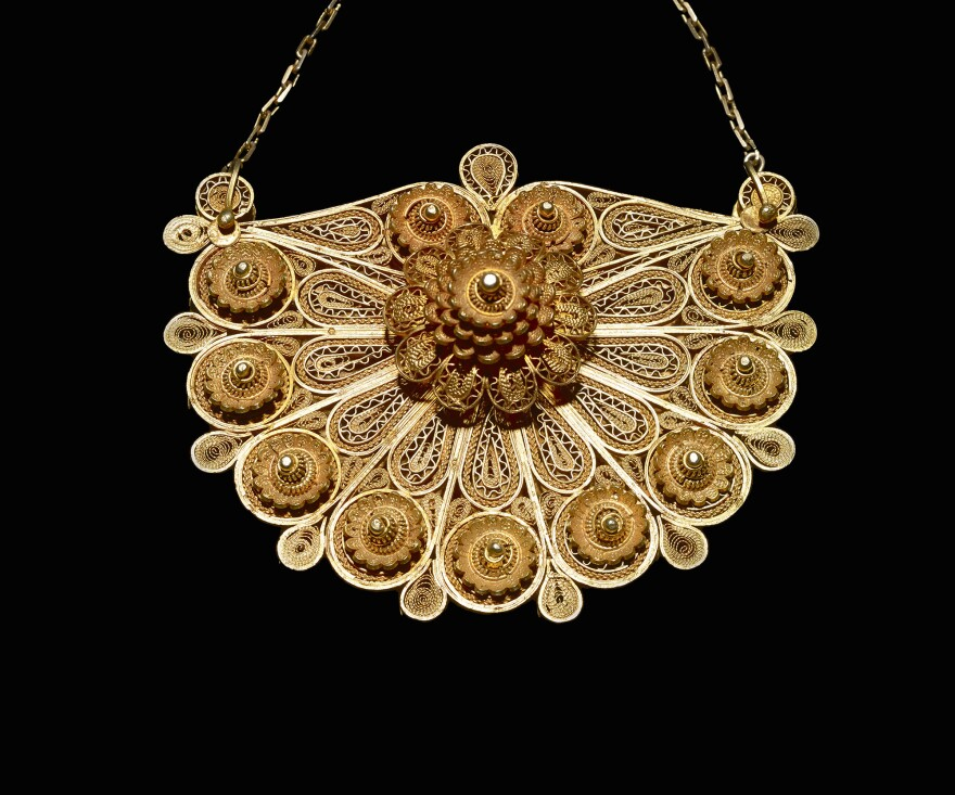 The design of a mid-20th-century necklace is meant to evoke the peanut or groundnut.