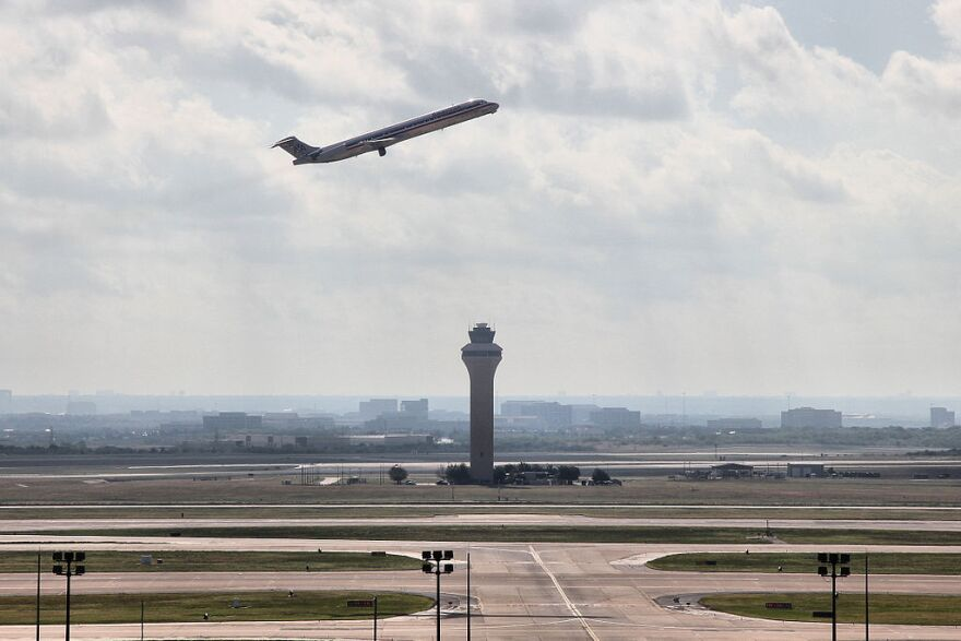 1024px-Dfw_tower_and_plane_2012.jpg