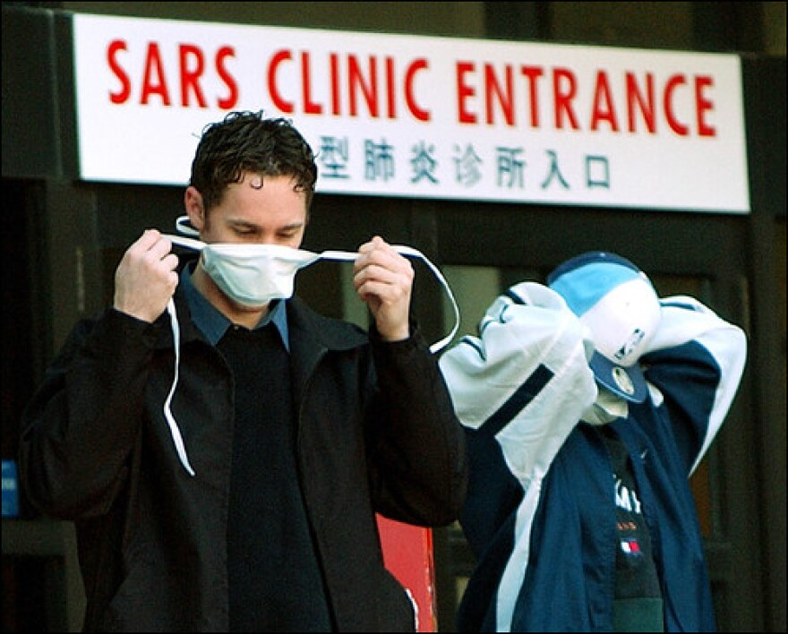 Patients put on face masks as they leave the SARS clinic hospital in Toronto during the 2003 outbreak | Hung Vo | https://flic.kr/p/6e7oRh