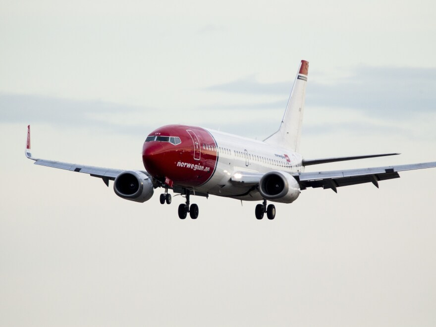 A Boeing 737-33S operated by Norwegian Air makes its way to Oslo.