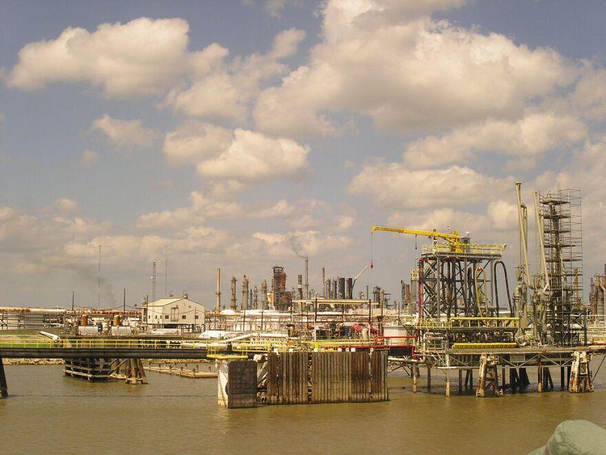 1024px-Mississippi_refinery.jpeg