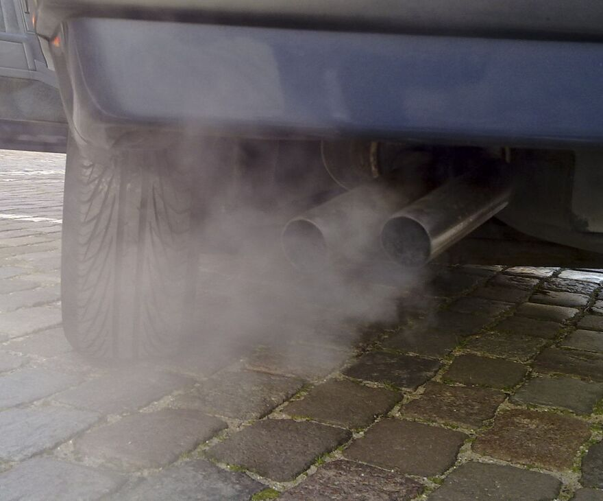 1234px-Automobile_exhaust_gas.jpg