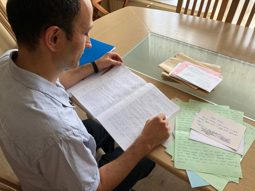 Former Turkish naval officer Cafer Topkaya, purged from his NATO job and jailed for more than a year, looks back through diary entries he made while in Sincan prison near Ankara. Topkaya escaped Turkey while on conditional release from prison and returned to Belgium.