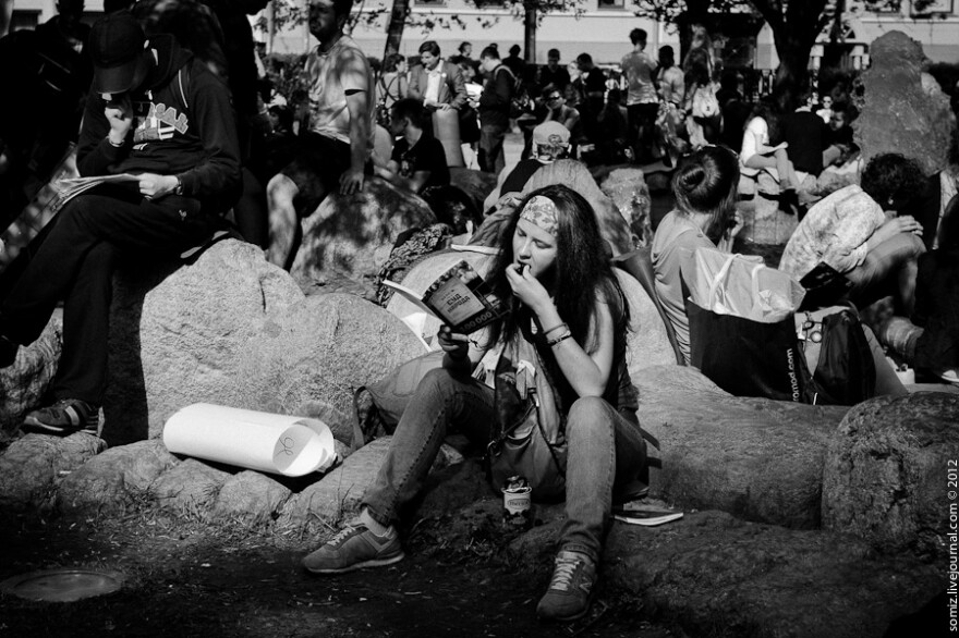 summer_reading_crowd_in_park_bw.jpg