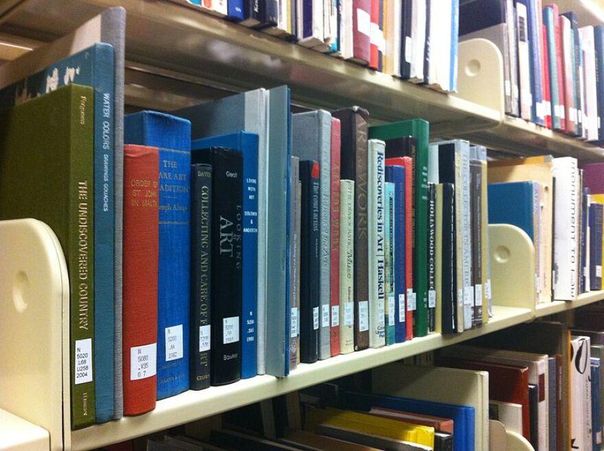 800px-Art_Books_on_Library_Shelf.JPG