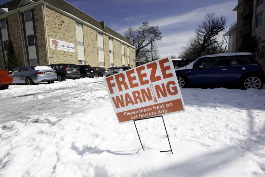 Un cartel fuera de un complejo de departamentos en el barrio de North Loop en Austin advierte de las temperaturas heladas este martes.