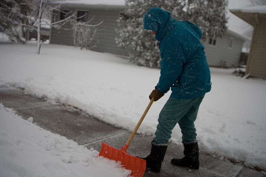 shoveling_snow_-_credit_wikimedia_commons.jpg