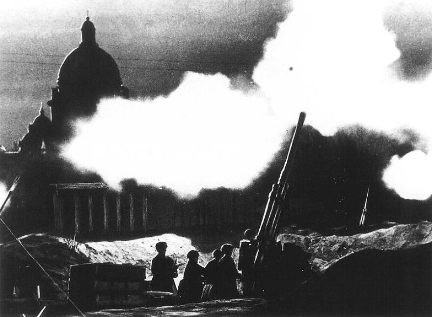 Picture of anti-aircraft guns in the streets of Leningrad.