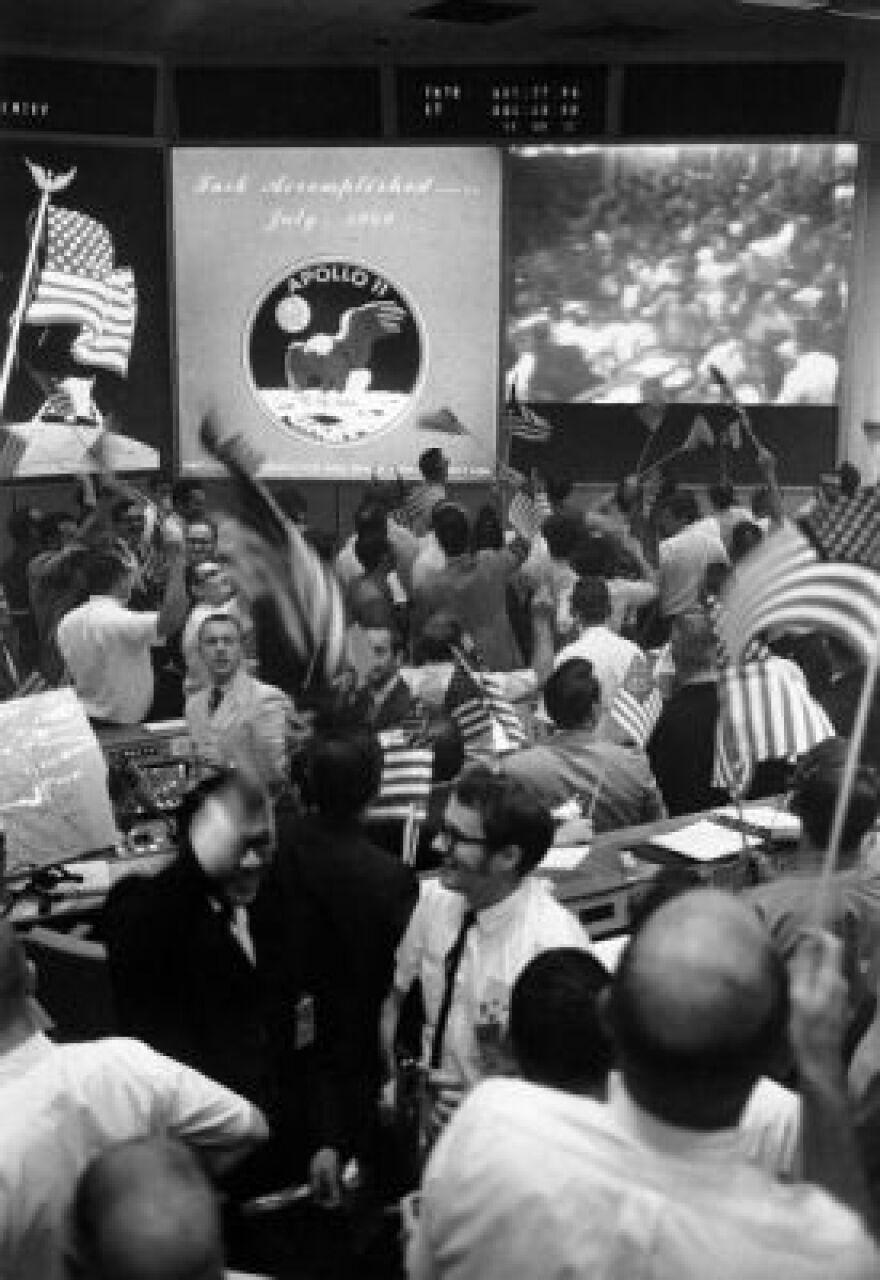 NASA_mission_control_celebrates_40023_sm_0.jpg