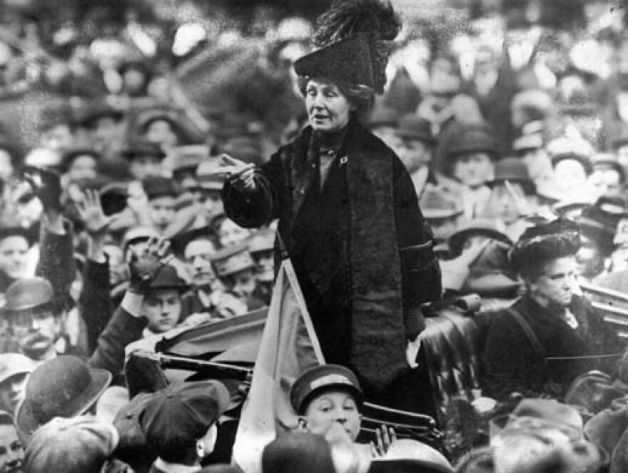 Emmeline_Pankhurst_adresses_crowd.jpg