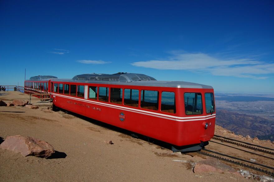 Pikes-Peak-Cog-Railway_Train-24_2012-10-21.JPG