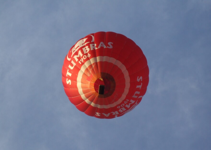 The National Transportation Safety Board says the FAA should require commercial balloon pilots to pass medical exams and submit to drug tests.