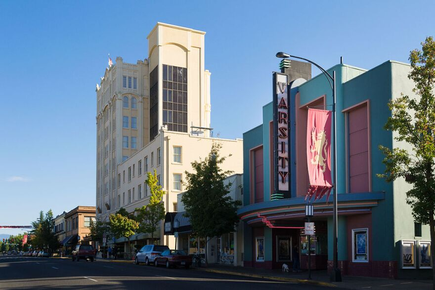 1024px-varsity_theater__ashland__oregon_.jpg