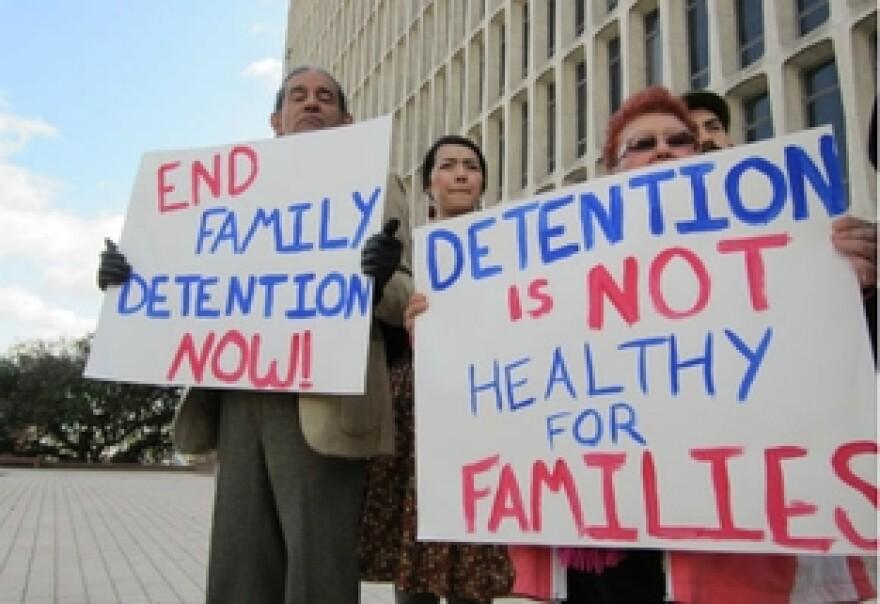 Immigration-family-detention-protesters_jpg_312x1000_q100_0.jpg
