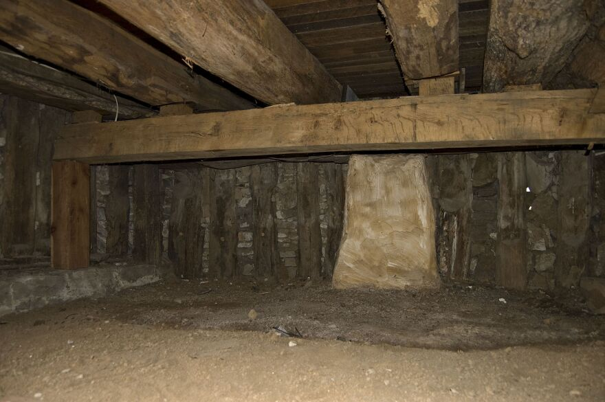 An example of poteaux-en-terre construction exists in the basement of the Beauvais-Amoureux House in Ste. Genevieve.