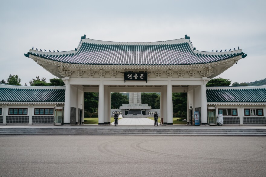 Soldiers stand guard at the Memorial Gate in the Seoul National Cemetery the day before the Chuseok holiday last week. The cemetery is only allowing a limited number of visitors due to COVID-19.