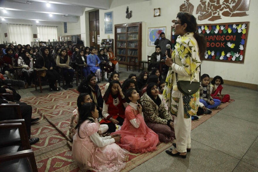 "Sadia Rafaqat, 36, a volunteer with ""Scary Moms,"" talks to girls about the dangers of smog."