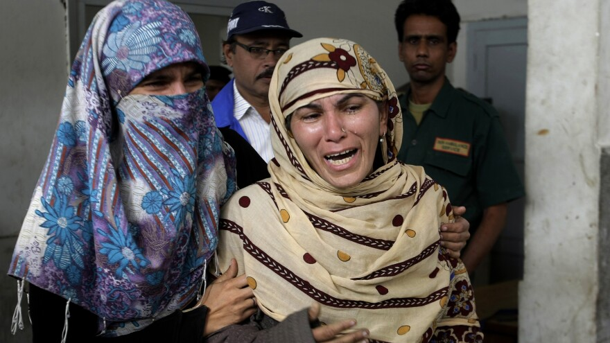 Rukhsana Bibi (center) mourns for her daughter, polio worker Madiha Bibi, killed by unknown gunmen, at a local hospital in Karachi on Tuesday. Gunmen staged additional attacks Wednesday.