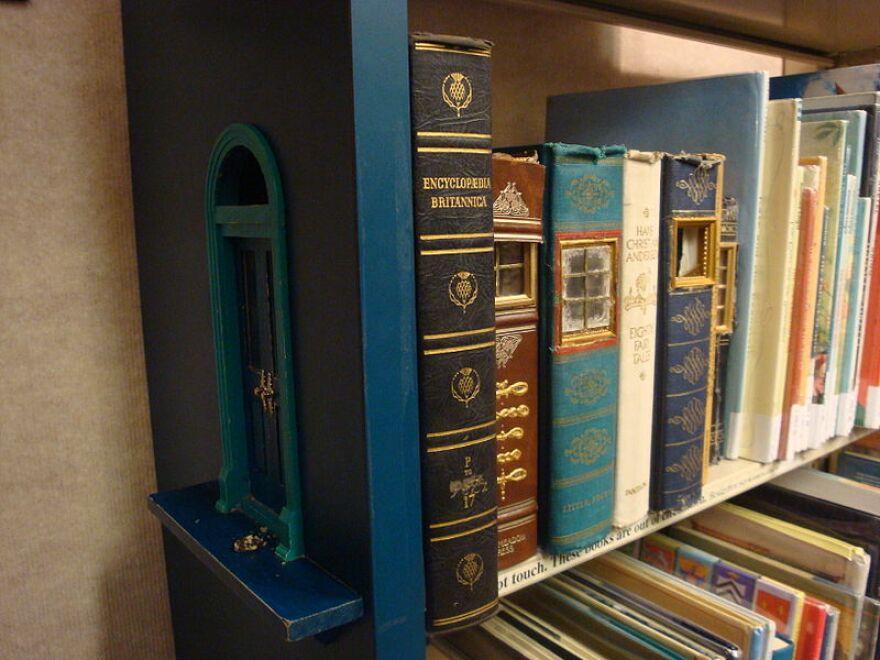 Bookshelf_at_the_Ann_Arbor_District_Library.jpg