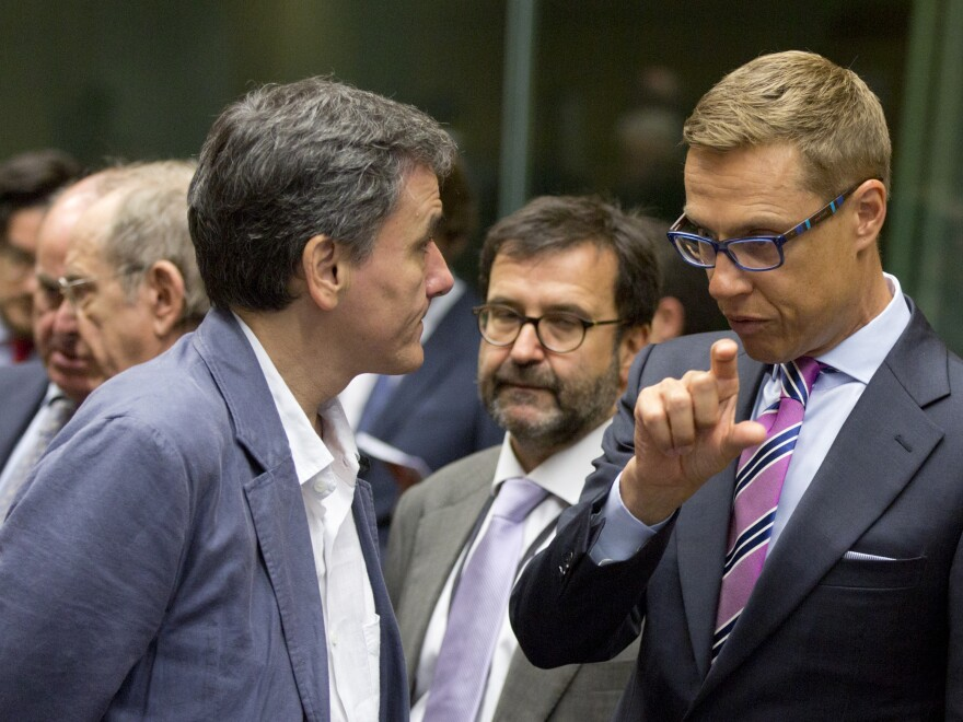 Finnish Finance Minister Alexander Stubb (right) speaks with Greek Finance Minister Euclid Tsakalotos during a round table meeting of eurogroup finance ministers in Brussels on Sunday.