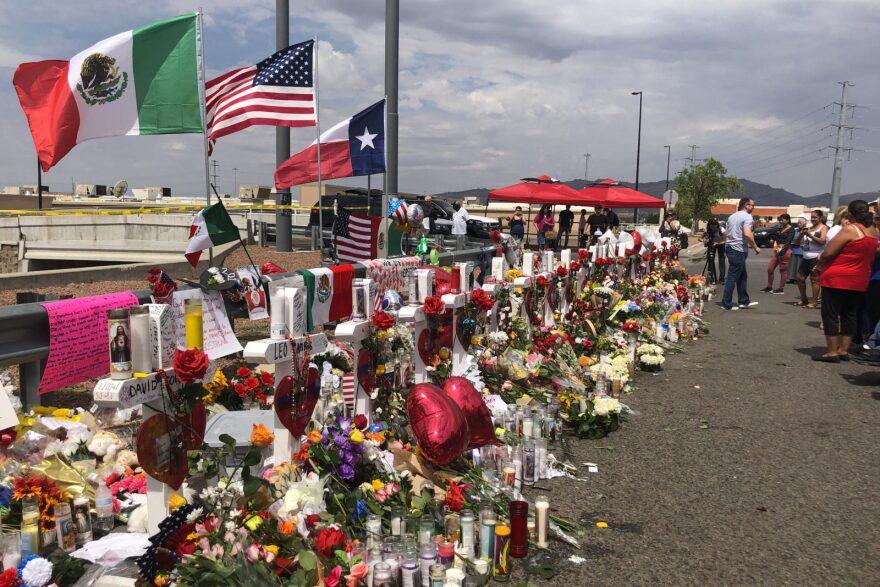 Un memorial improvisado para las víctimas del tiroteo del 3 de agosto de 2019 afuera de Walmart en El Paso, Texas.