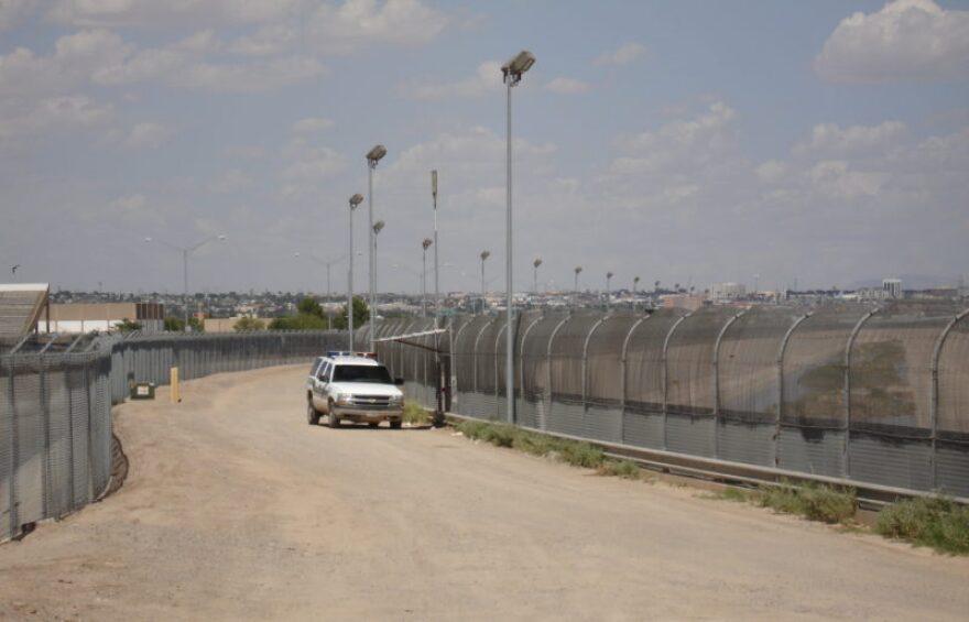 US-Mexico_border_fence-e1476716123504.jpg