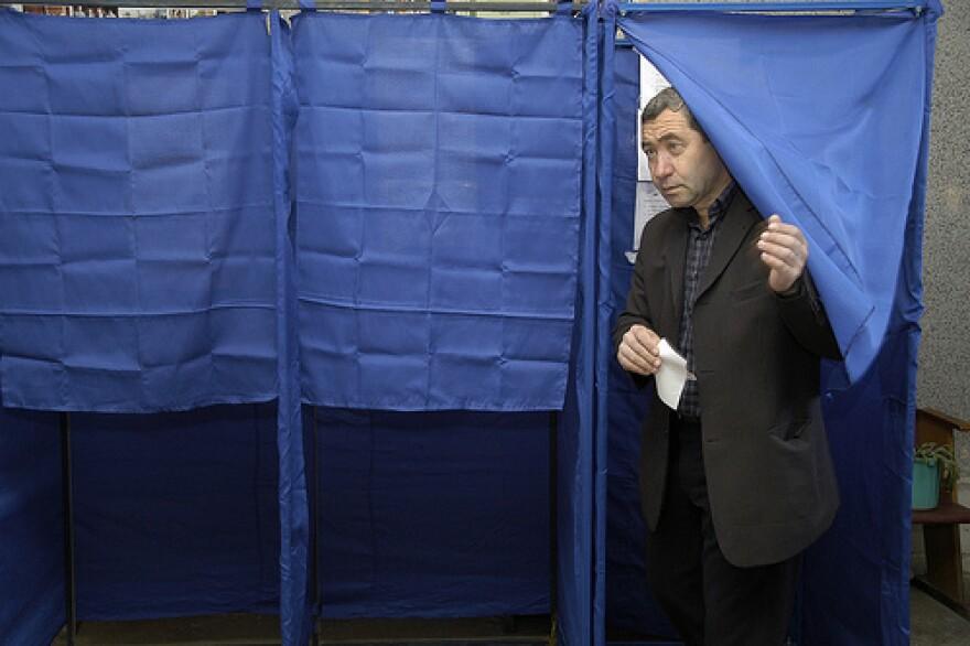 voterleavingboothFlickrCongress_of_local_and_regional_authorities.jpg