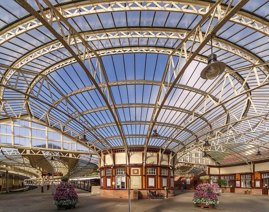 1024px-Wemyss_Bay_railway_station_concourse_2018-08-25_2_0.jpg