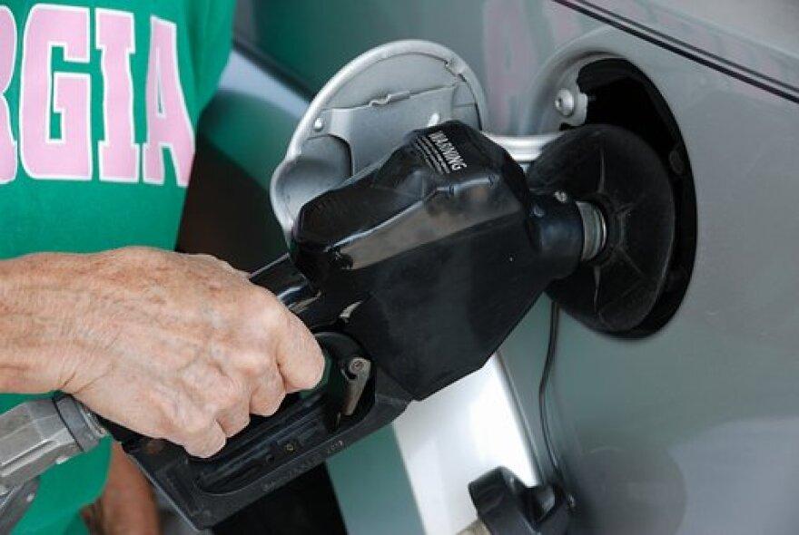 pumping-gas-1631638__340.jpg