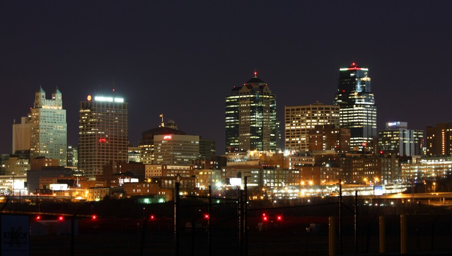 Kansas_City,_MO_skyline_at_night-Lasse_Fuss.jpg