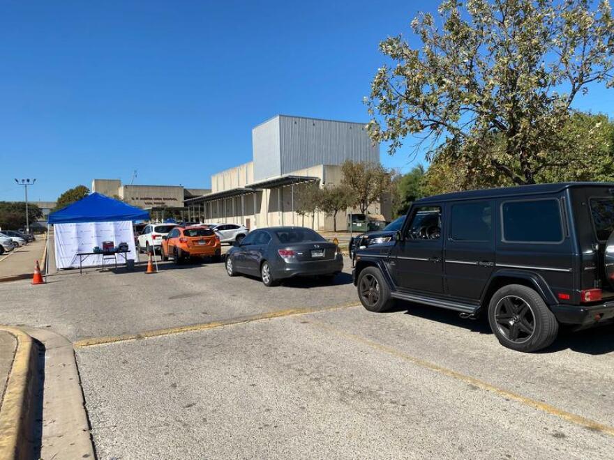 Autos hacen fila para pruebas de COVID-19 en la escuela secundaria de Austin
