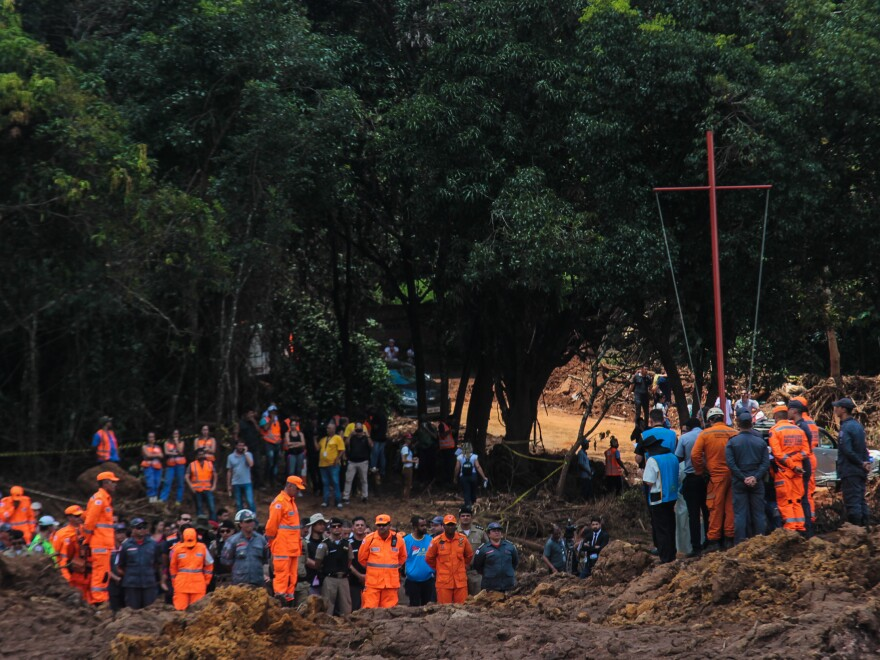 Rescue teams paid homage to the victims of the rupture of the Córrego do Feijão dam in Brumadinho, Brazil, on Feb. 1. As of Monday, 121 were reported dead, another 205 were still missing.
