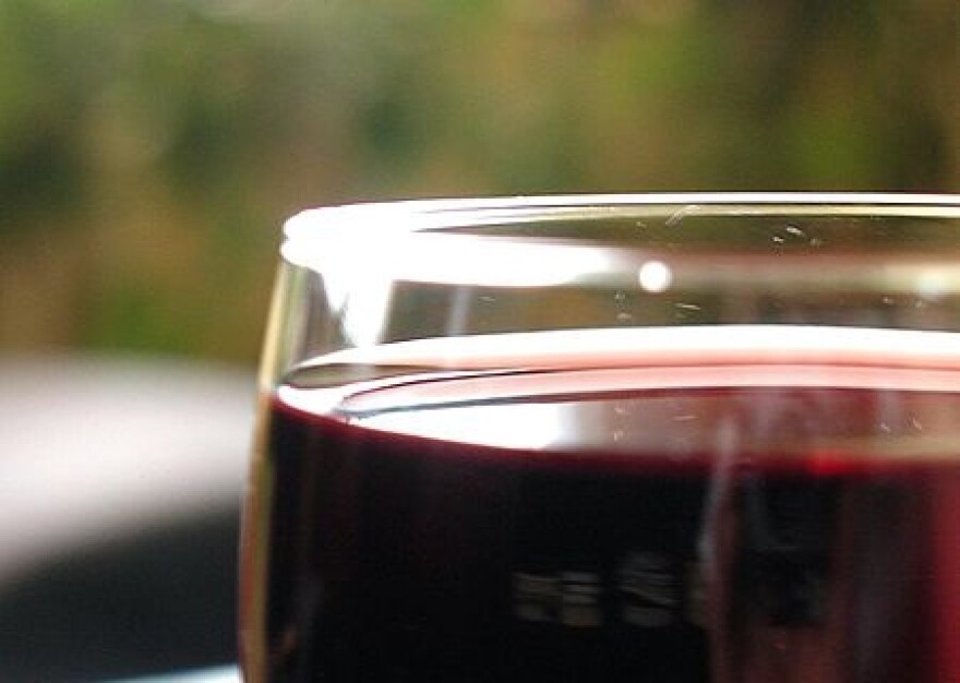 Glass_wine_close_up-cropped.jpg