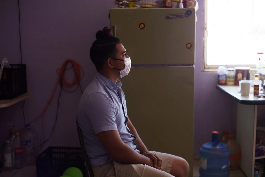 José, de 27 años, trabajaba como enfermero en Nicaragua, pero se fue tras recibir amenazas por parte de las fuerzas paramilitares. Ahora se aloja en el refugio Pan de Vida con su nueva prometida mientras espera una decisión sobre su caso de asilo bajo el programa Protocolos de Protección al Migrante.
