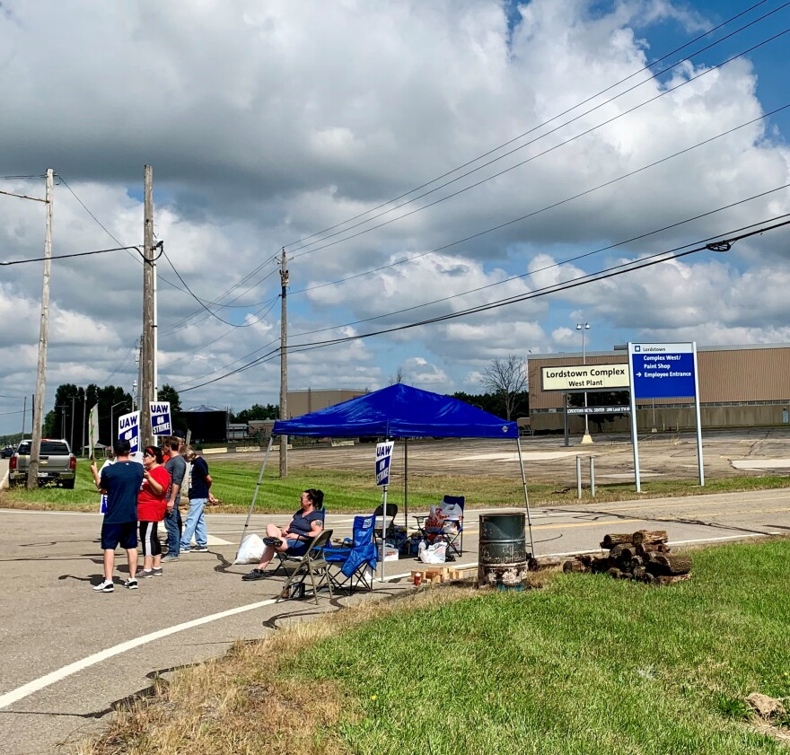 a photo of picketers at GM Lordstown