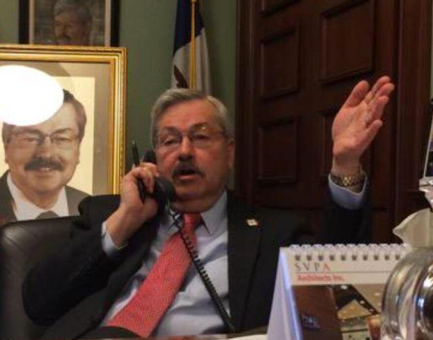 Governor_Branstad_talking_to_national_media_about_Jeb_Bush_announcement.jpg