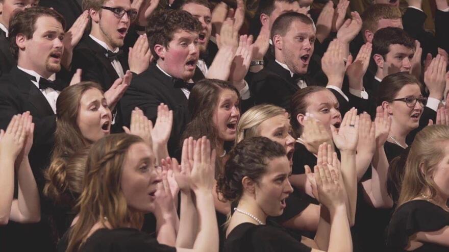 Wartburg-choir-with-clapping-hands_0.jpg