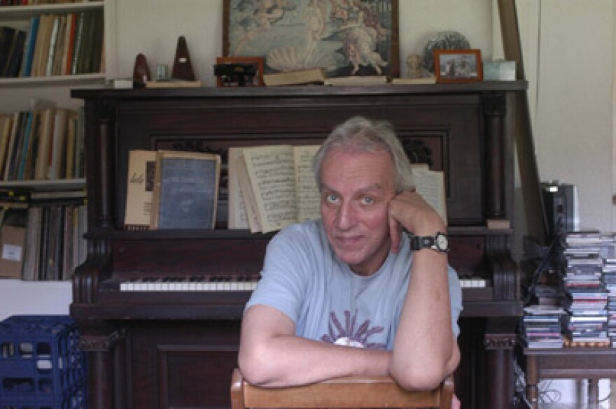 aielli_at_home_in_front_of_piano_403px.jpg