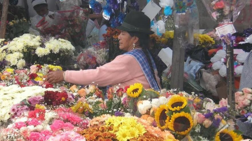 Vendors selling food and flowers line the streets outside Calderón cemetery during this holiday.