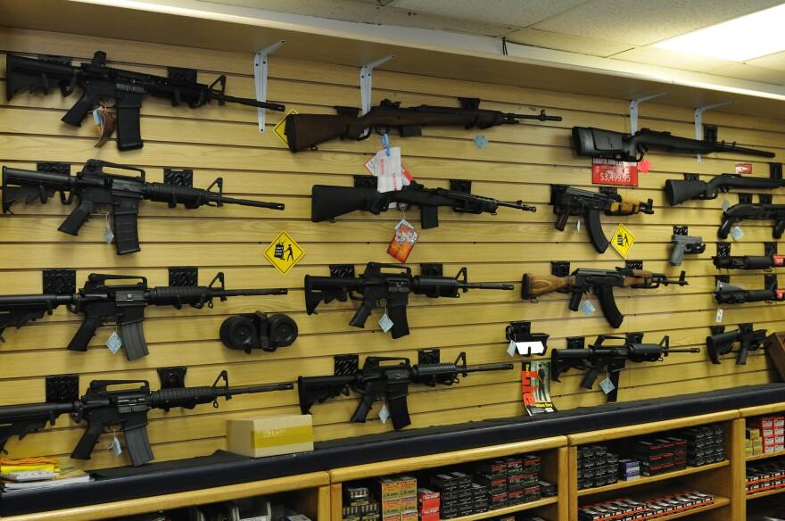guns_gun_shop_2011_michael_saechang_cc-by-sa.jpg
