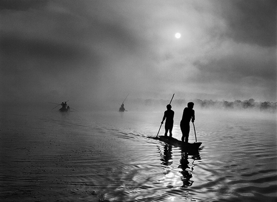 A group of Waura Indians fish in the Puilanga Lake near their village in the Upper Xingu region of Brazil's Mato Grosso state. 2005.
