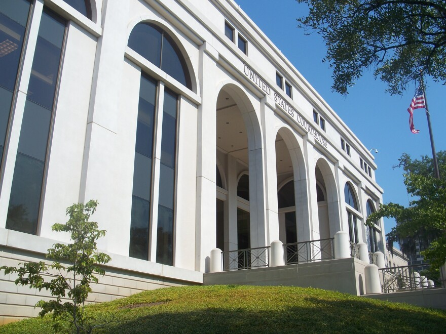 us_courthouse_ebyabe_via_wikimedia.jpg