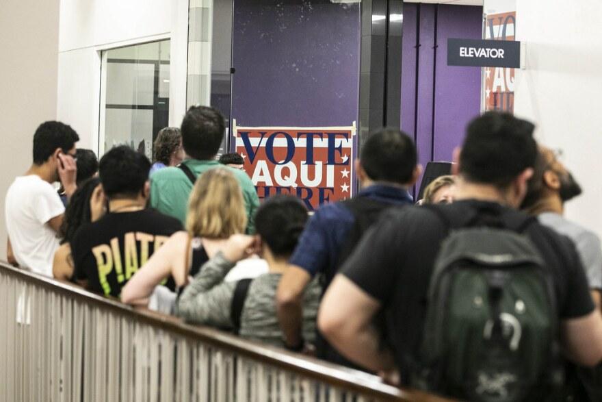 Los grupos de derecho al voto quieren que Texas flexibilice las reglas de voto por correo para permitir que los residentes preocupados por el coronavirus eviten votar en persona.