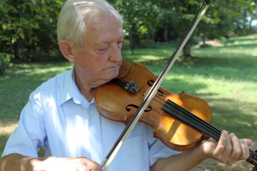 charlie_stamper_playing_fiddle_outside_his_home_in_cadiz_ky.jpg